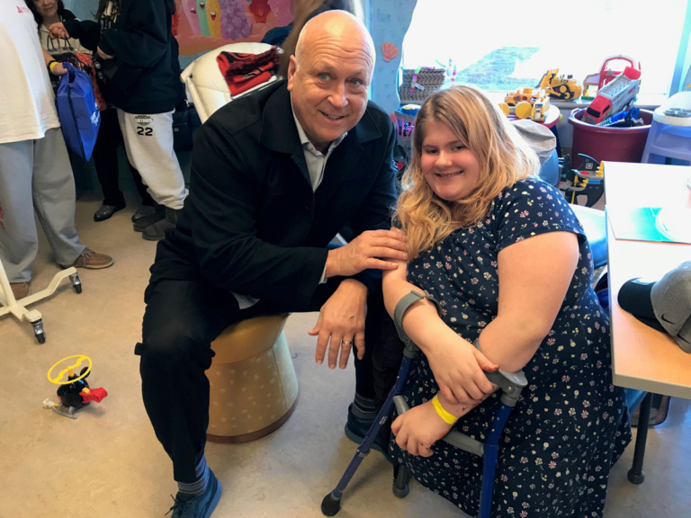 Cal Ripken poses with girl patient with forearm crutches at Herman & Walter Samuelson Children
